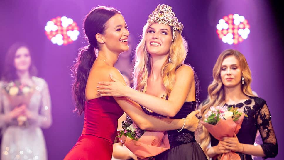 Мисс Екатеринбург-2018 Арина Верина (слева) и Мисс Екатеринбург-2019 Виктория Вершинина (справа)