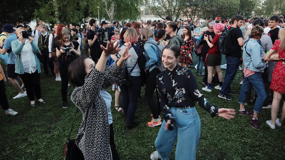 Многие пели и танцевали в сквере