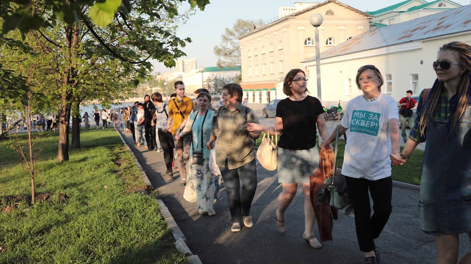 """Акции протеста были довольно мирные. В основном горожане водили хоровод вокруг сквера, в народе это называли """"обнимашки сквера"""""""