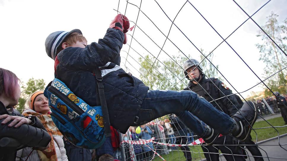 За забором периметр охраняли бойцы академии единоборств РМК и сотрудники Росгвардии