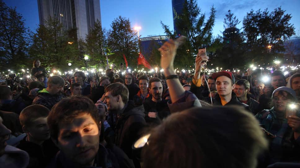 На четвертый день к протестующим вышел мэр Александр Высокинский, который предложил сторонам собраться и обсудить все претензии. Строительство храма было заморожено, вся техника убрана с территории сквера