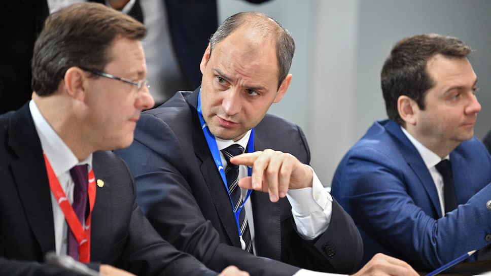 В Екатеринбург на совещание приехали представители 83 регионов России. Среди них и бывший председатель правительства Свердловской области и нынешний губернатор Оренбургской области Денис Паслер