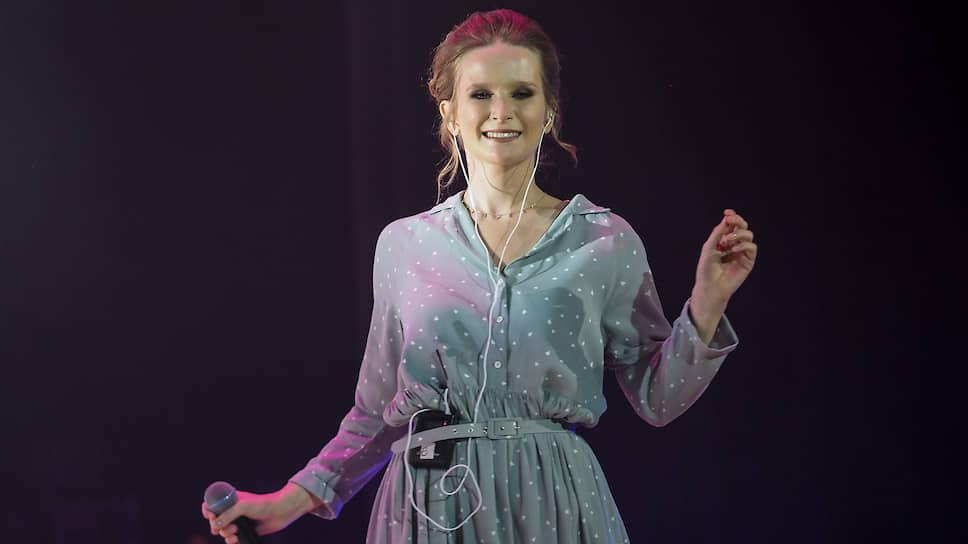 Лиза Монеточка исполнила свою песню «Девяностые»