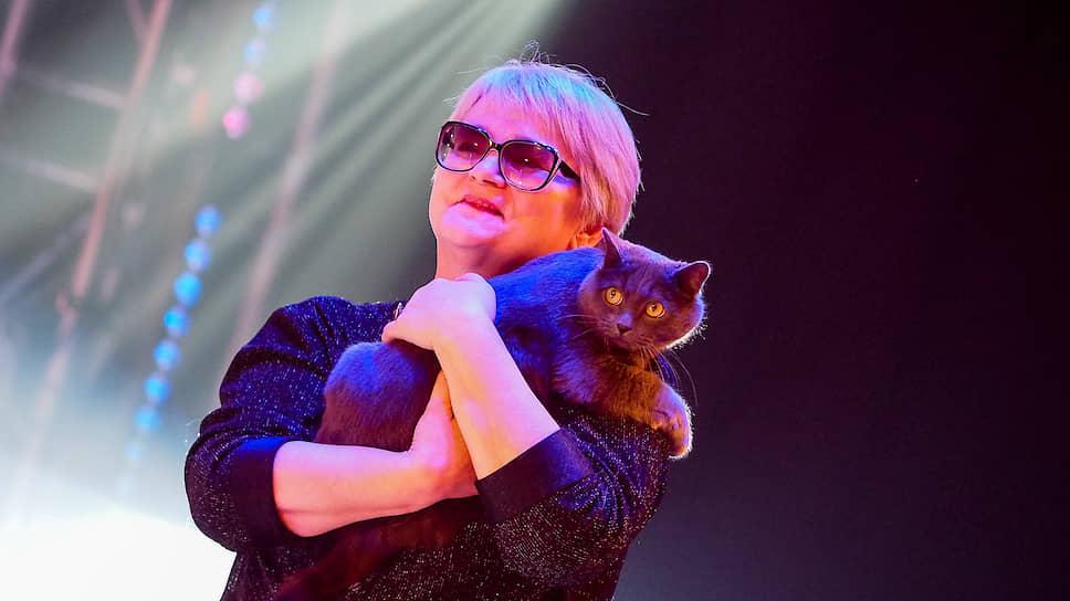 """Вместе с известными в городе людьми на сцену """"Космоса"""" для объявления победителей поднимались и герои новостей. На фото кот, которого спасил из пожара на Вайнера, со своей хозяйкой. Его зовут Гэндальф серый, спасатели сделали ему искусственное дыхание. Кадры того, как кота откачивали, обсуждал весь интернет"""