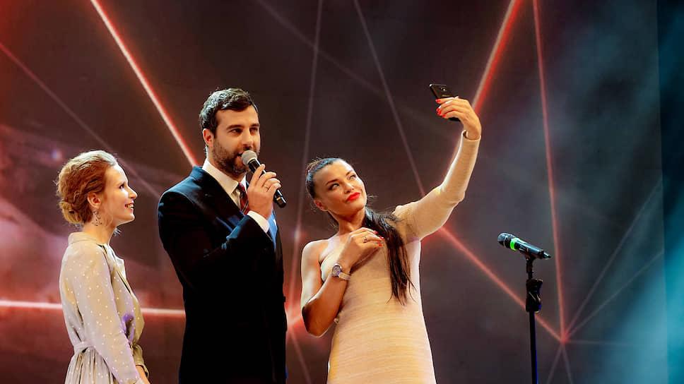 Ведущими премии стали певица Лиза Монеточка (слева) и телеведущий и шоумен Иван Ургант (в центре)