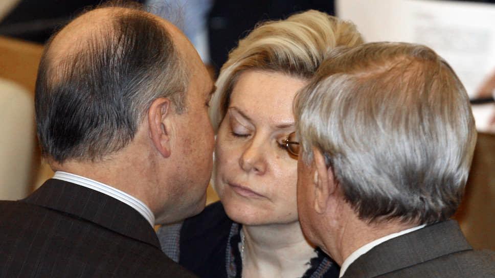 На тот момент заместитель председателя Госдумы Владимир Пехтин (слева) и Наталья Комарова во время очередного думского заседания