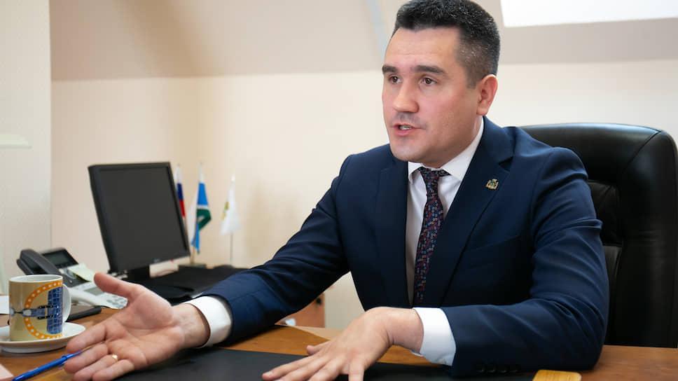 Начальник Управления здравоохранения администрации Екатеринбурга Денис Демидов во время интервью в своем рабочем кабинете.