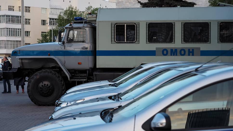 К третьему дню к скверу были стянуты беспрецедентные силы полиции и Росгвардии