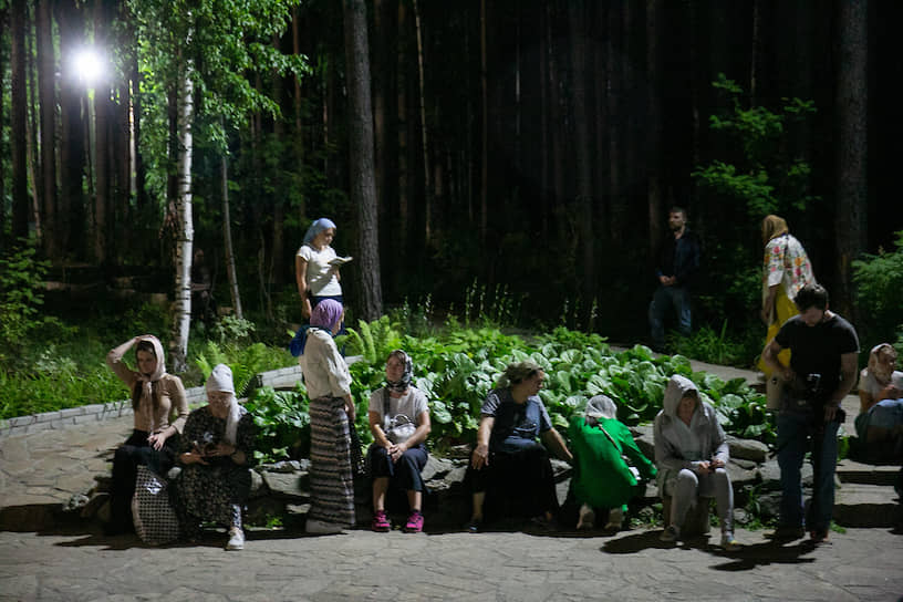 Паломники во время Крестного хода на территории Среднеуральского женского монастыря