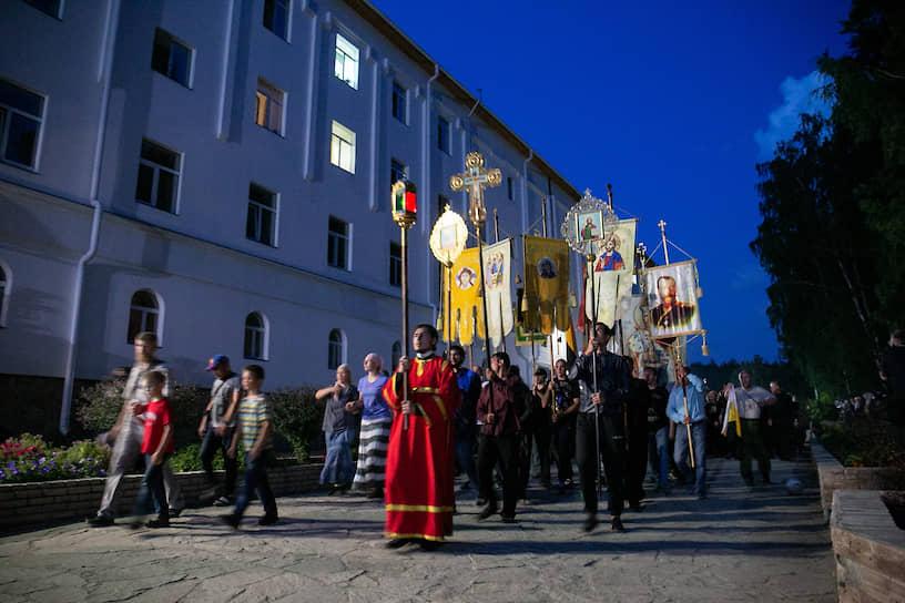 Крестный ход на территории Среднеуральского женского монастыря.
