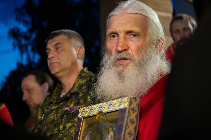 Крестный ход на территории Среднеуральского женского монастыря. Схимонах Сергий.