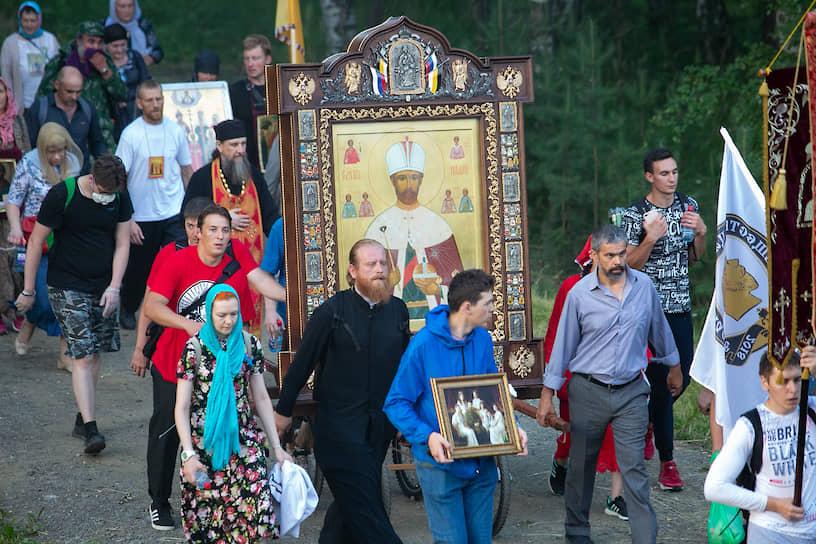 """Крестный ход на территории монастырского комплекса """"Ганина Яма""""."""