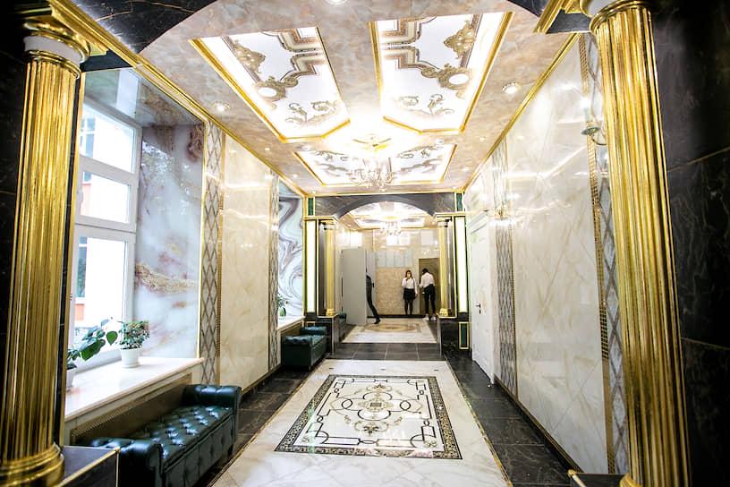 """В 2019 году Андрей Симановский сделал ремонт родной школе №106, после которого ее стали называть """"золотой"""" из-за того, что она стала похожа на дворец."""