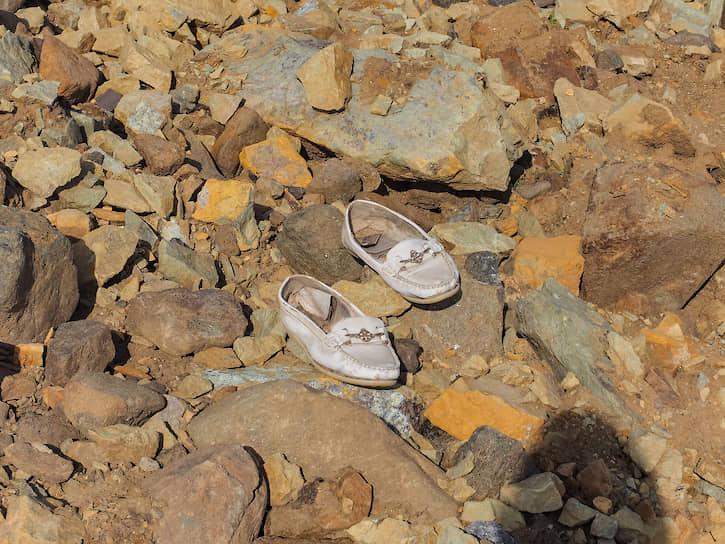 Чтобы взобраться на вершину надо аккуратно идти по камням. Часто они неустойчивы, попадаются острые углы