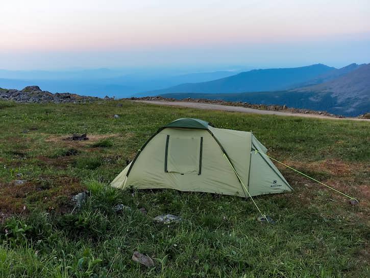 У подножия туристы ставят палатки