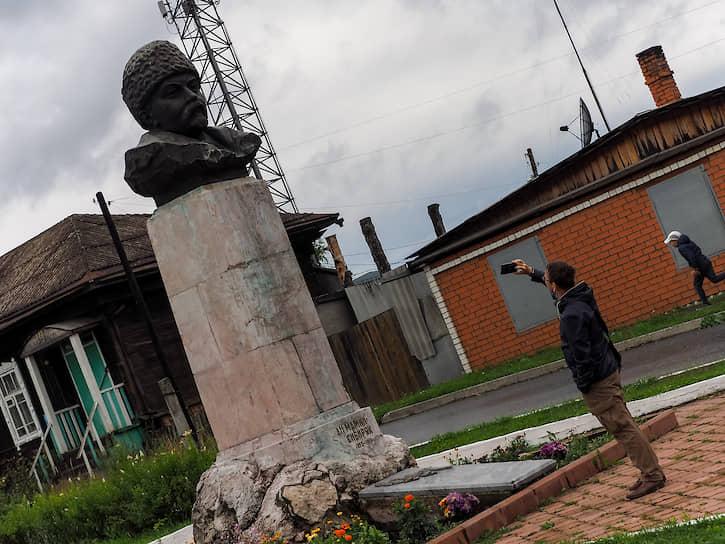 Памятник писателю Дмитрию Мамину-Сибиряку