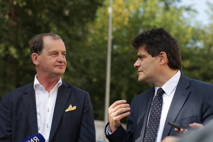 Андрей Симановский (на фото слева) также профинансировал благоустройство территории школы.  Здесь высадили гортензии, выложили плитку « как на площади в Лиссабоне», установили скамейки в стиле Гауди, игровые комплексы, позолоченные архитектурные формы