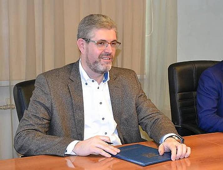 Глава Нефтеюганска (ХМАО) Сергей Дегтярев также перенес заболевание. Свое состояние он оценивал удовлетворительно, на время лечения чиновник ушел на самоизоляцию.
