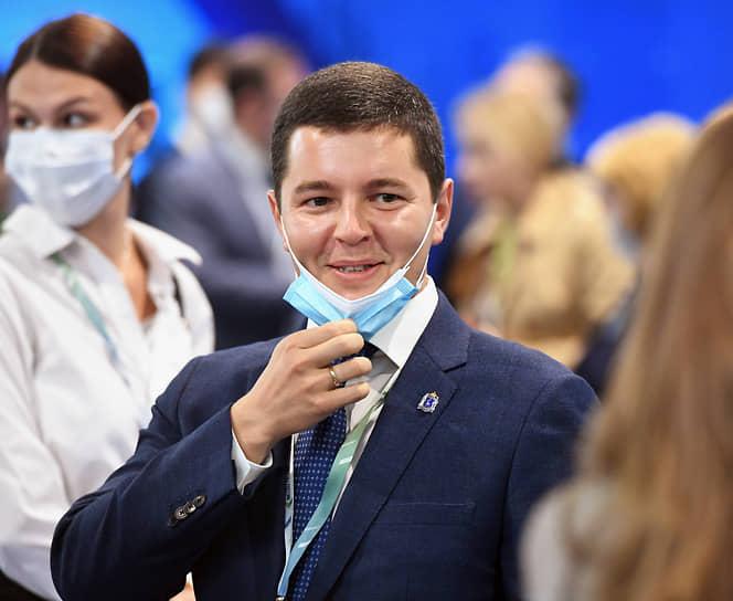 Летом коронавирусом переболел губернатор ЯНАО Дмитрий Артюхов. «Коронавирус никуда не ушел, он рядом. Я не уберегся от этой беды — вчера делал тестирование и результаты пришли положительные. Сегодня уже чувствую первые симптомы — небольшая слабость и температура, хотя в целом состояние нормальное. Надеюсь, что обойдется малой кровью»,— рассказывал он.
