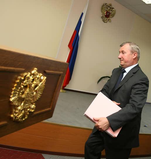 Первым уральским полпредом был назначен Петр Латышев. Он занимал эту должность с 18 мая 2000 года по 2 декабря 2008 года. Умер во время командировки в Москву.