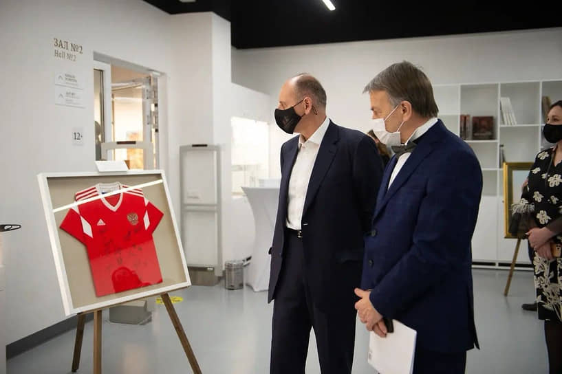 Глава ТМК Дмитрий Пумпянский (слева) и вице-президент Свердловского союза промышленников и предпринимателей Михаил Черепанов (справа)