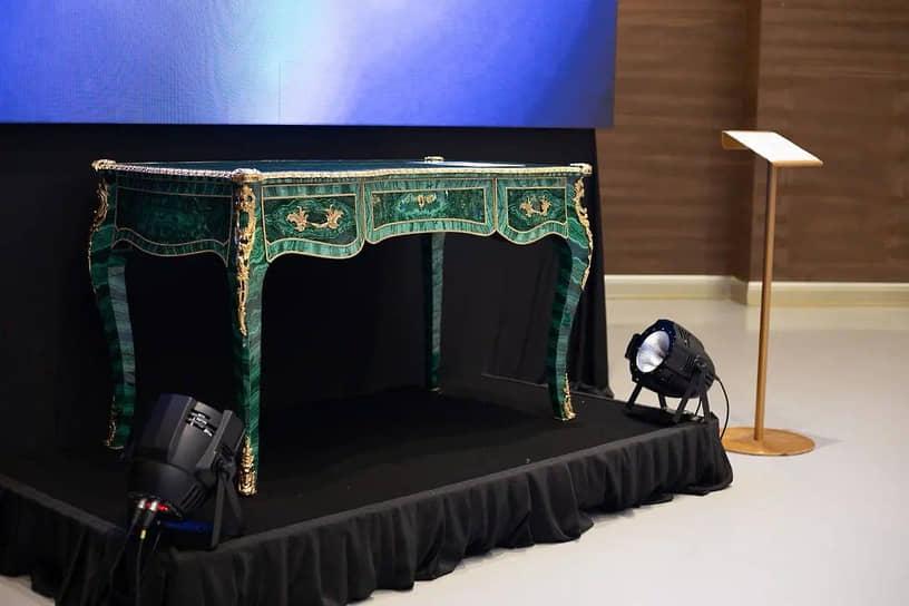 """Владелец """"Сима-ленда""""Андрей Симановский выставил на торги малахитовый стол в традициях XVIII века по начальной цене 800 тыс. руб. В итоге стол купил владелец ТМК, президент СОСПП Дмитрий Пумпянский за 4,8 млн руб."""