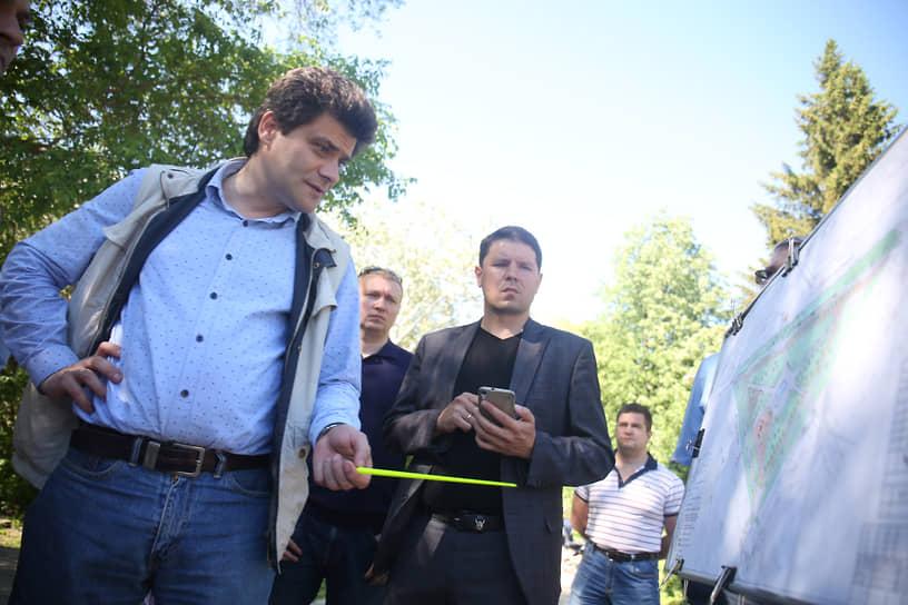 Вместе с этим, Александр Высокинский ввел формат публичных объездов районов, в ходе которых проверял уборку, благоустройство. Иногда они заканчивались наказаниями для глав районов.