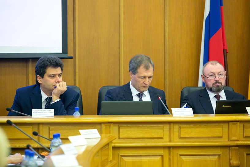 Гордума была в целом не удовлетворена работой мэра и его администрации за 2018 год. В декабре 2019 года гордума отказывалась принимать бюджет на 2020 год. На фото глава Екатеринбурга Александр Высокинский (слева), спикер гордумы Игорь Володин (второй слева) и зампредседателя гордумы Виктор Тестов (справа).
