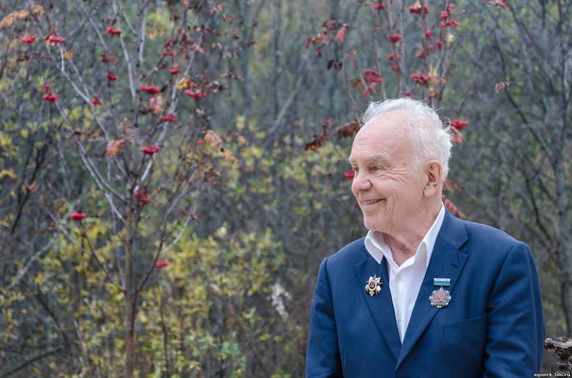 """В июле в возрасте 95-лет скончался <a href=""""/doc/4424410"""">уральский композитор Евгений Родыгин<a>.  За годы войны и после нее он написал мелодии, принесшие ему славу и признание. Среди них: «За высоким палисадом земляника расцвела», «Уральская рябинушка», «Белым снегом», «Куда бежишь тропиночка, милая», «Едут новоселы»."""