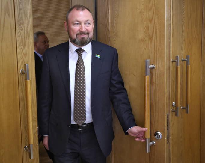 После отставки мэра Евгения Ройзмана временно исполняющим  полномочия главы Екатеринбурга стал вице-спикер гордумы Виктор Тестов