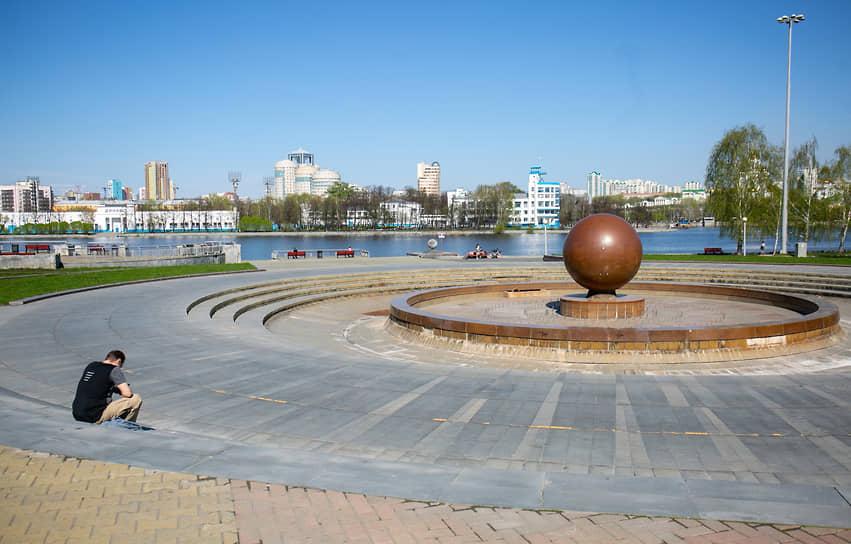 Екатеринбург во время режима самоизоляции из-за опасности распространения коронавирусной инфекции COVID-19. Жанровая фотография. Майские праздники. Отдыхающие на набережной
