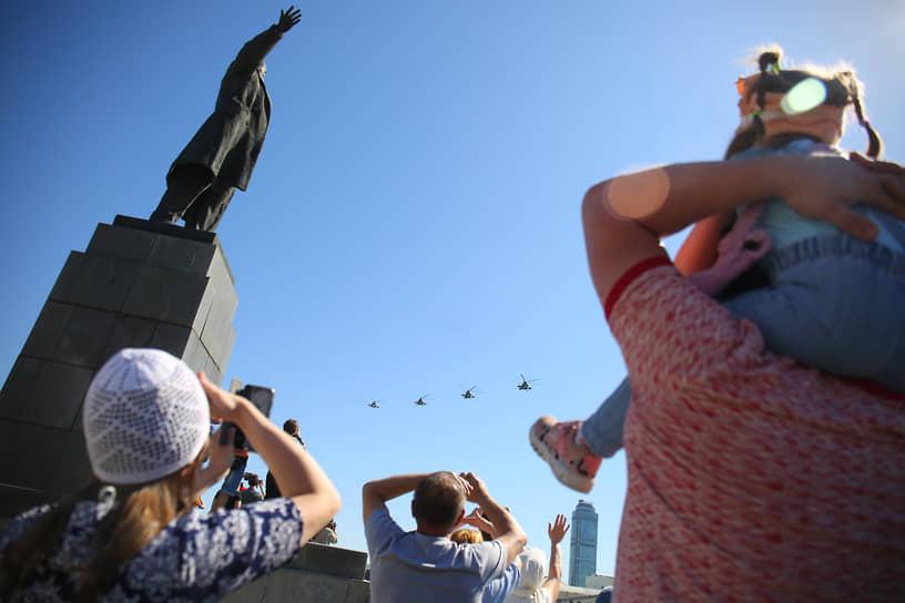 Празднование 75-ой годовщины Победы в Великой Отечественной войне. Авиапарад в честь Дня победы на площади 1905 года. Зрители возле памятника ленину смотрят на пролет военной авиации