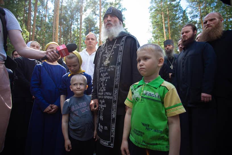 """Схиигумен Сергий со своими последователями на территории монастыря """"Спорительница хлебов"""""""