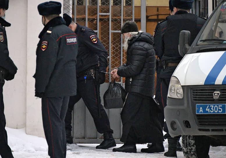 Бывший схиигумен Среднеуральского женского монастыря Сергий (в центре) перед началом суда.