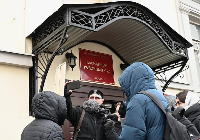 Сторонники бывшего схиигумена Сергия во время пикета у здания суда.