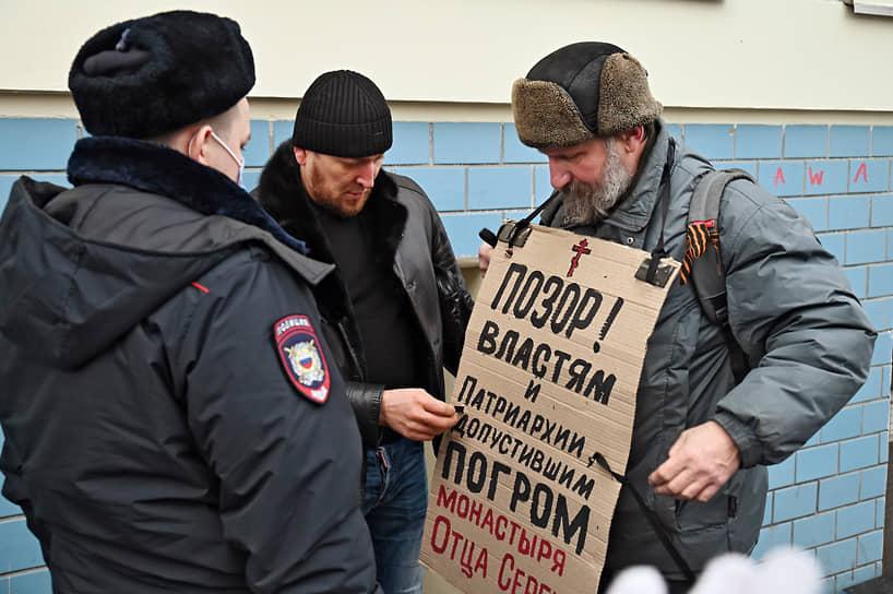 Его обвиняют в склонении к совершению несовершеннолетних к самоубийству, поскольку в своей проповеди он спрашивал прихожан, готовы ли они умереть за Россию.