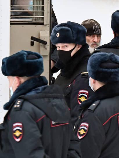 Николай Романов (в центре) был задержан ночью 29 декабря после штурма Среднеуральского женского монастыря. Дело расследуется вторым отделом по расследованию особо важных дела СКР России.