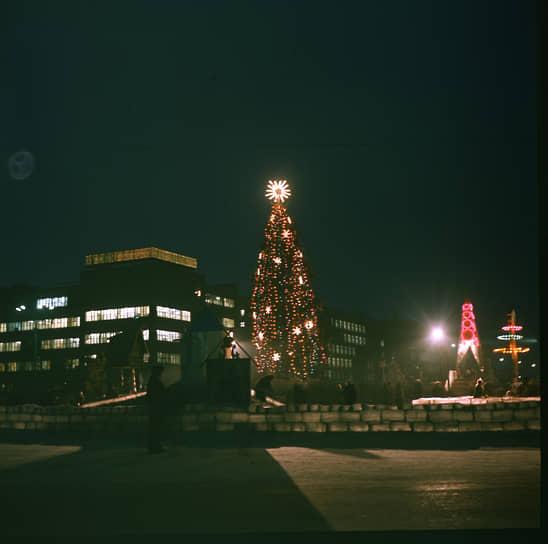 Новогодняя елка на площади Первой пятилетки