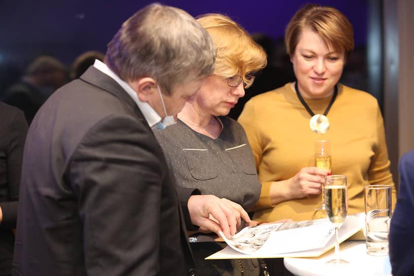 Слева направо: вице-мэр Екатеринбурга Алексей Бубнов, директор гимназии №9 Лариса Кулькова, вице-мэр Екатерина Сибирцева
