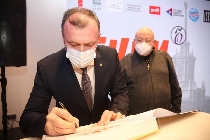 И.о. главы Екатеринбурга Алексей Орлов (слева) и композитор Александр Пантыкин (справа)