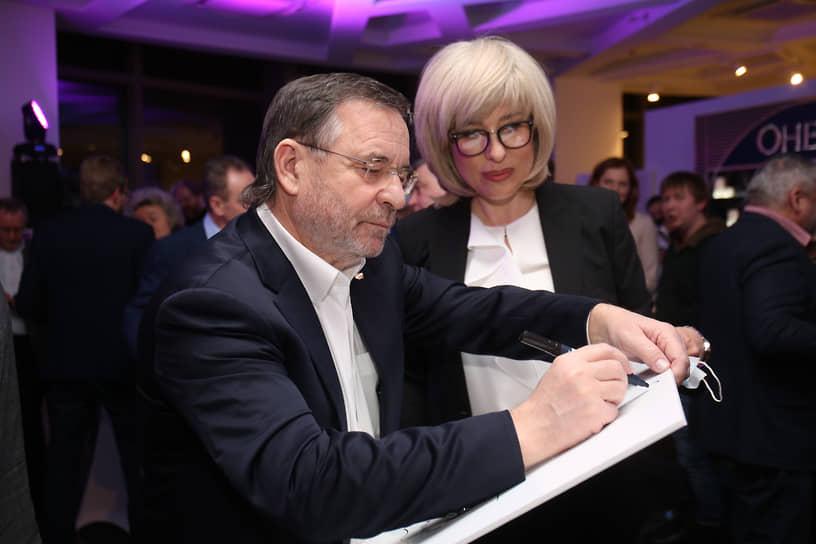 Директор по общим вопросам УГМК Владимир Белоглазов (слева)