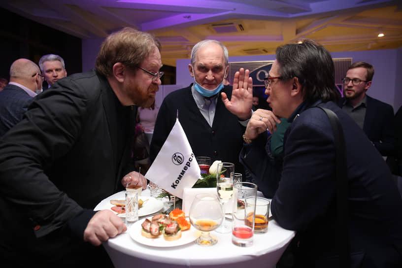 Слева направо: главный редактор издательства УрФУ Евгений Зашихин, президент свердловского рок-клуба Николай Грахов, политолог Анатолий Гагарин