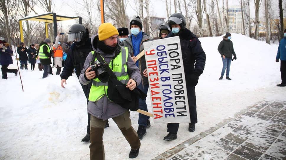 """Несанкционированный митинг в поддержку Алексея Навального в Екатеринбурге. Задержание мужчины с плакатом """"Пора провести обыск в голове у президента"""""""