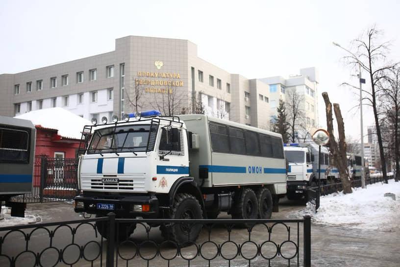 Несанкционированный митинг в поддержку Алексея Навального в Екатеринбурге. Грузовики ОМОН
