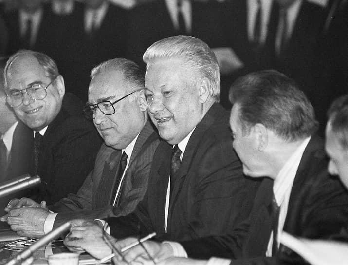 Президент России Борис Ельцин (в центре) и председатель правительства России Виктор Черномырдин (второй слева) во время встречи с канцлером ФРГ Гельмутом Колем, 1995 год