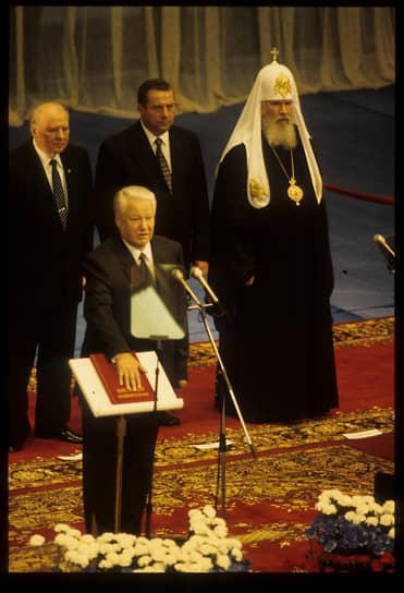 Председатель Совета Федерации Егор Строев (слева), председатель Госдумы Геннадий Селезнев (второй справа) и патриарх Московский и всея Руси Алексий II (справа) на церемонии инаугурация президента России Бориса Ельцина (в центре) в Государственном кремлевском дворце, 1996 год