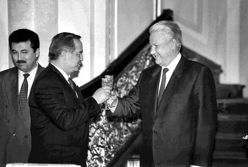 Президент Узбекистана Ислам Каримов (в центре) и президент России Борис Ельцин (справа) во время встречи в Кремле, 1994 год
