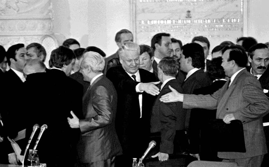 Церемония подписания Договора по общественному согласию. Президент России Борис Ельцин (в центре) во время церемонии.