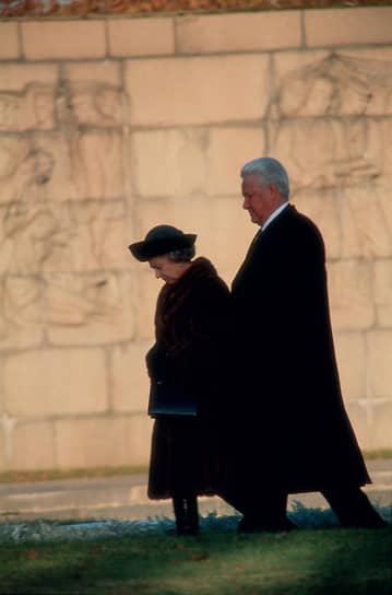 Королева Великобритании Елизавета II (слева) и президент России Борис Ельцин (справа) во время официального визита королевы в Россию. Прогулка по Набережной реки Нева, 1994 год