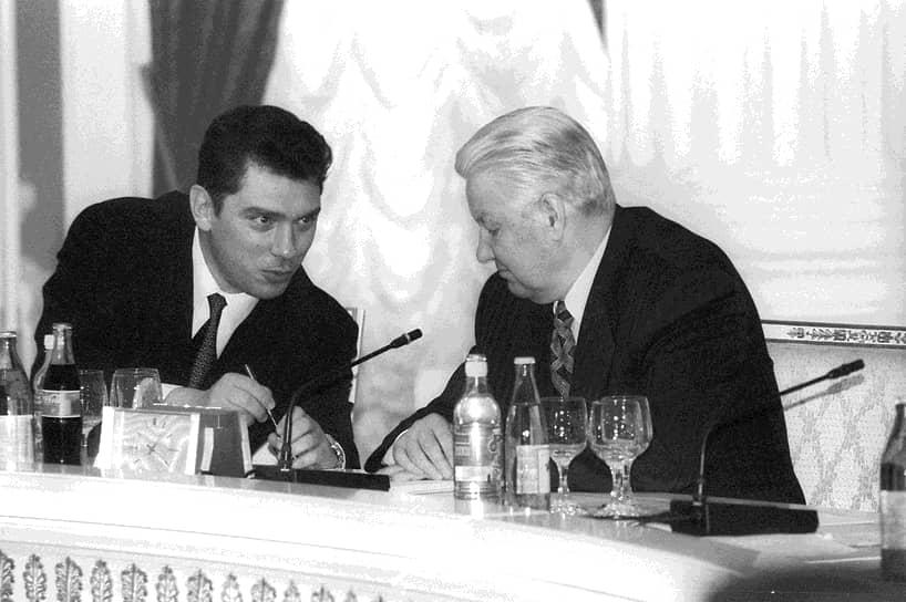 Исполняющий обязанностей вице-премьера России Борис Немцов (слева) и президент России Борис Ельцин (справа) во время проводов стажеров за границу, 1998 год